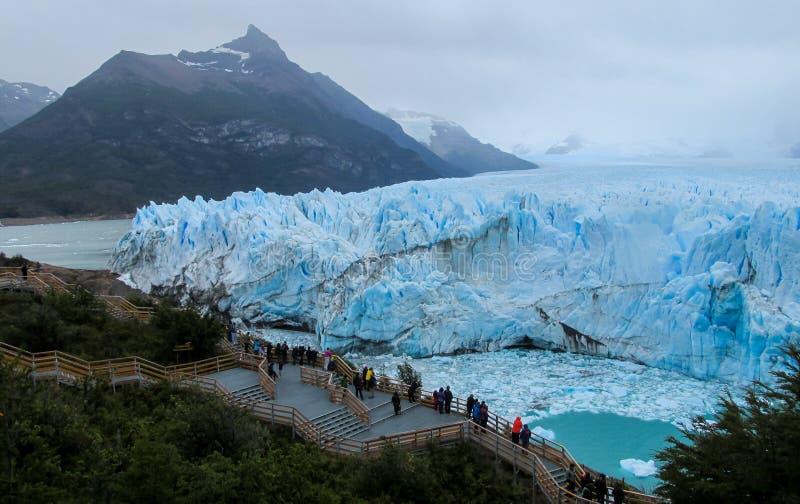 Mensen op excursie bij gletsjer Perito Moreno in Patagonië, Argentinië stock afbeeldingen