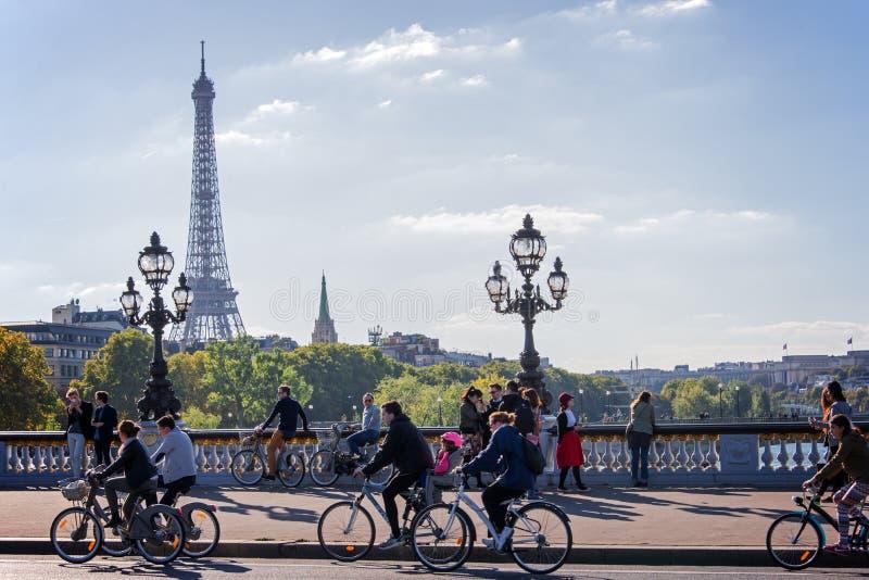 Mensen op fietsen en voetgangers die van een auto vrije dag op Alexandre III genieten brug in Parijs stock foto's