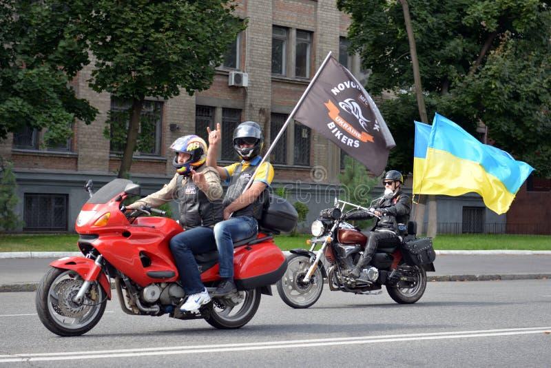 Mensen op fietsen met vlaggen royalty-vrije stock afbeeldingen