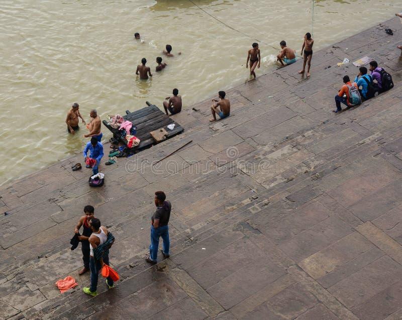 Mensen op Ganges riverbank in Varanasi, India stock afbeelding