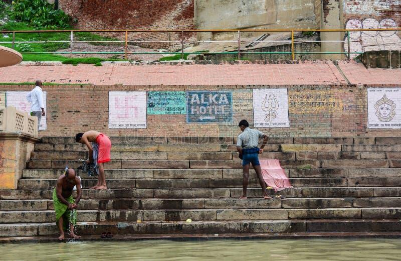 Mensen op Ganges riverbank in Varanasi, India stock foto