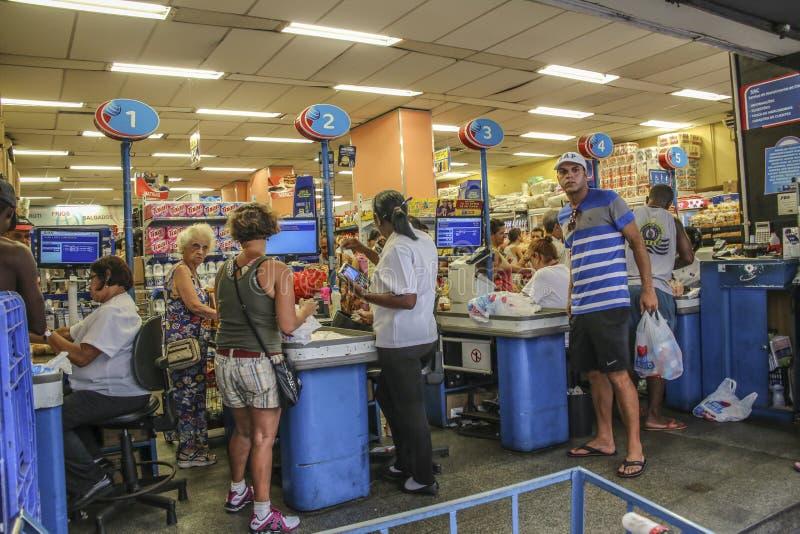 Mensen op het contant geldpunt van een supermarkt in Rio royalty-vrije stock afbeelding