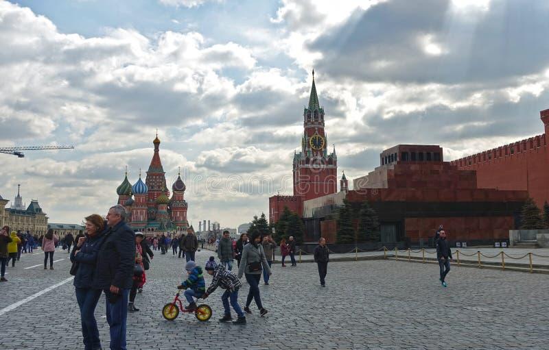 Mensen op het Rode Vierkant in Moskou stock fotografie