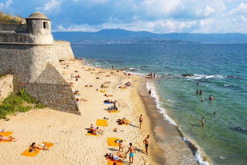 Mensen op het strand in Ajaccio, Corsica, Frankrijk stock foto