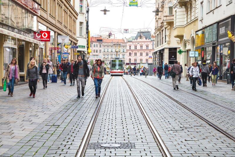 Mensen op Masarykova-straat in Brno stad stock afbeelding