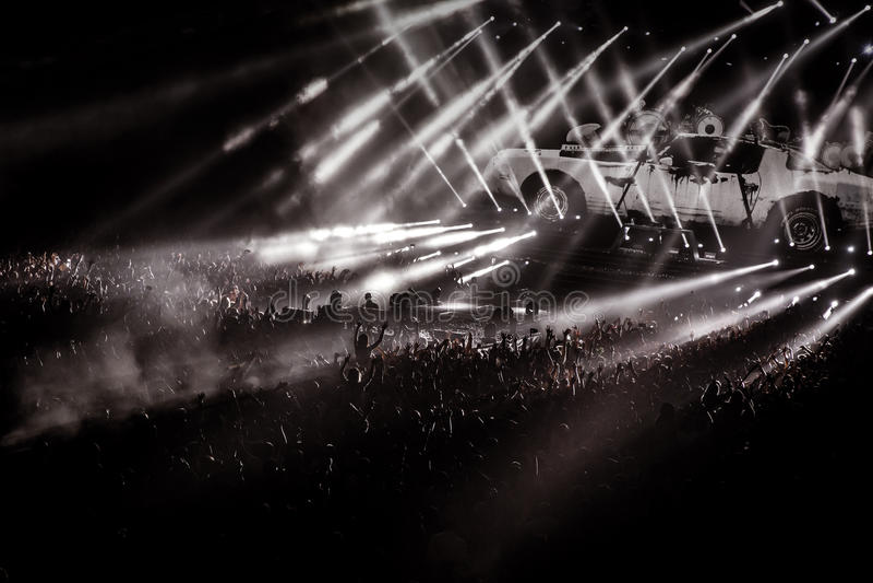 Mensen op overlegpartij, disco lichte achtergrond stock fotografie