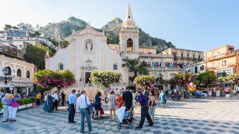 Mensen op Piazza IX Aprile dichtbij Kerk in Taormina stock fotografie
