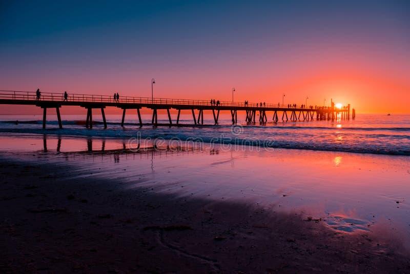 Mensen op pijler bij zonsondergang royalty-vrije stock afbeeldingen