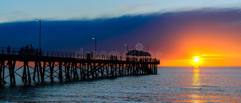 Mensen op pijler bij zonsondergang royalty-vrije stock fotografie