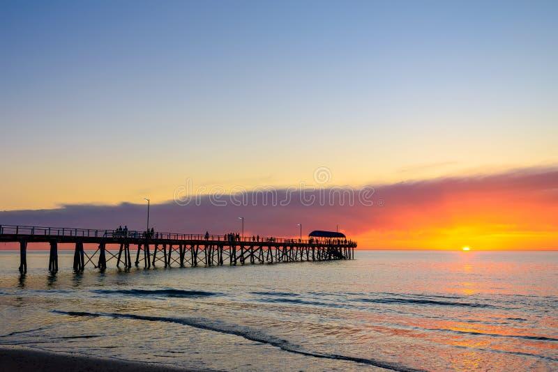 Mensen op pijler bij zonsondergang royalty-vrije stock afbeelding