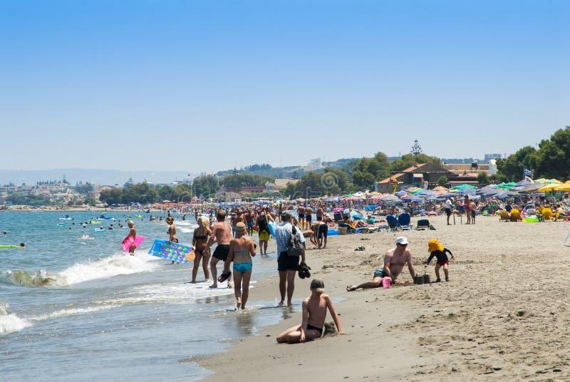 Mensen op Platanias-strand Kreta stock foto's