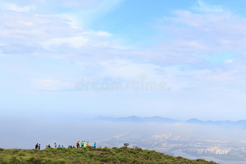 Mensen op rand van berg Pedra Bonita, Rio de Janeiro stock foto's