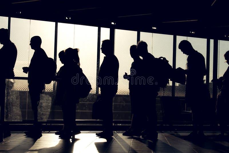 Mensen op rij met silhouet royalty-vrije stock foto