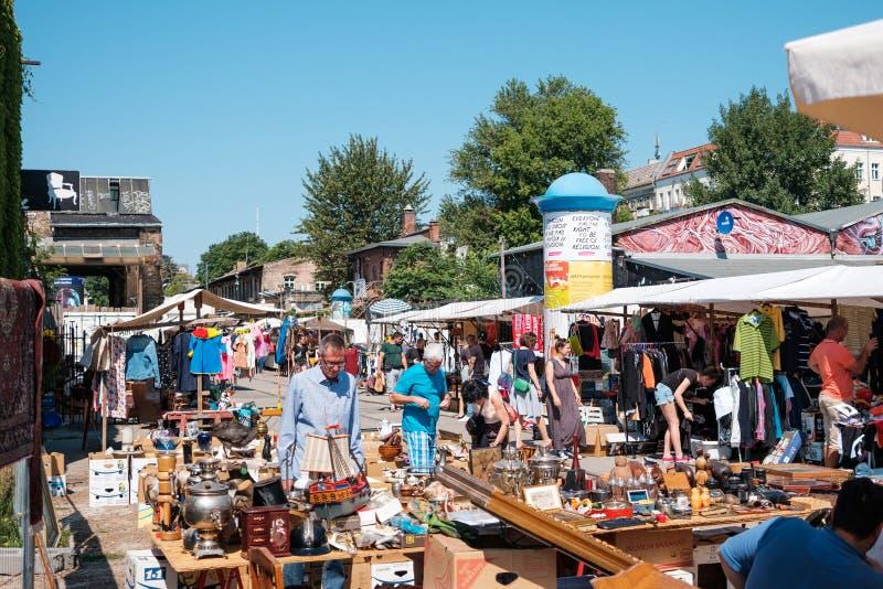 Mensen op Ruwe vlooienmarkt op een zonnige zondag in Berlijn, Friedrichshain stock afbeeldingen