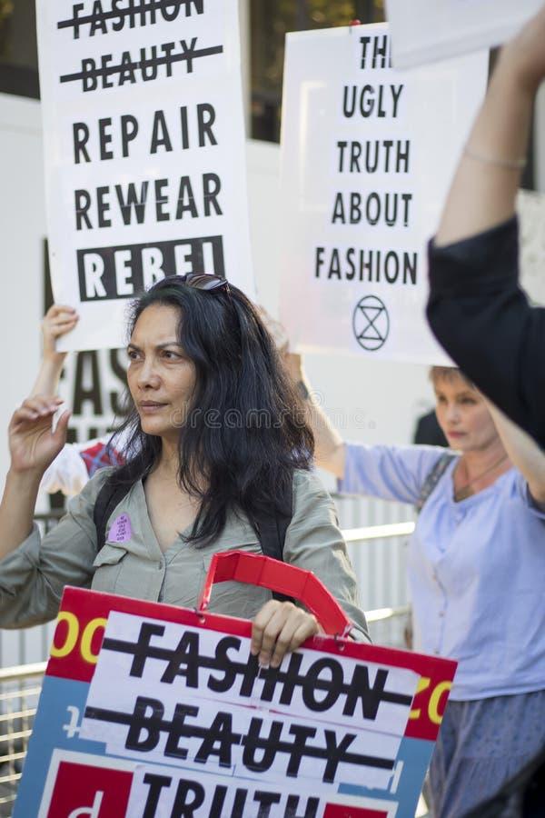 Mensen op straat tijdens de London Fashion Week Activisten protesteren tegen de modesector stock afbeeldingen