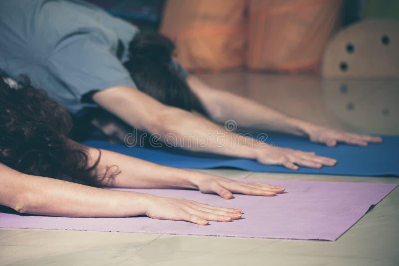 Mensen op yogaklasse binnen stock afbeeldingen