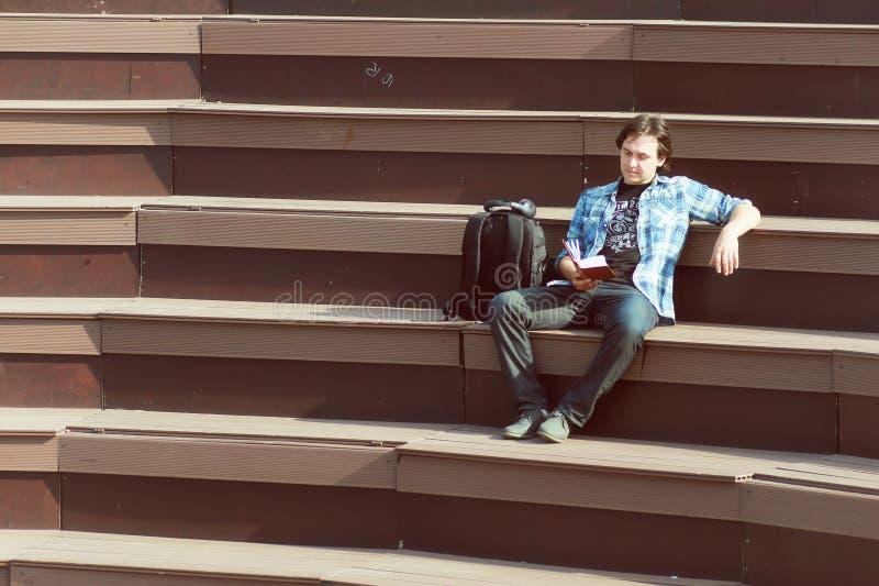 Download Mensen Openlucht Zit Alleen Op Stap Stock Foto - Afbeelding bestaande uit zeker, knapzak: 107708594