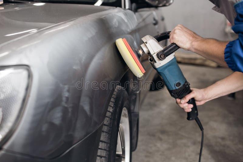 Mensen oppoetsende schoonmakende auto met microfiberdoek, het detailleren of het valeting concept stock afbeeldingen