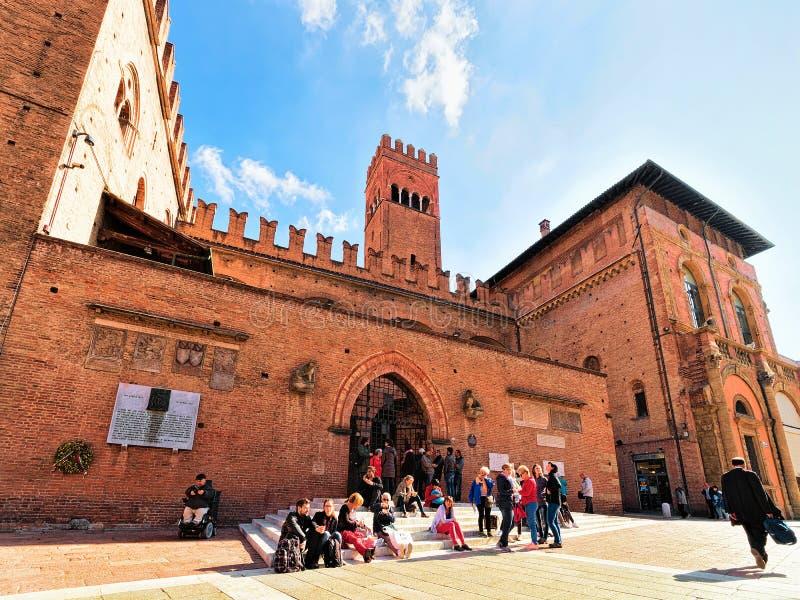 Mensen in Palazzo aangaande Enzo op Piazza del Nettuno Bologna royalty-vrije stock afbeelding