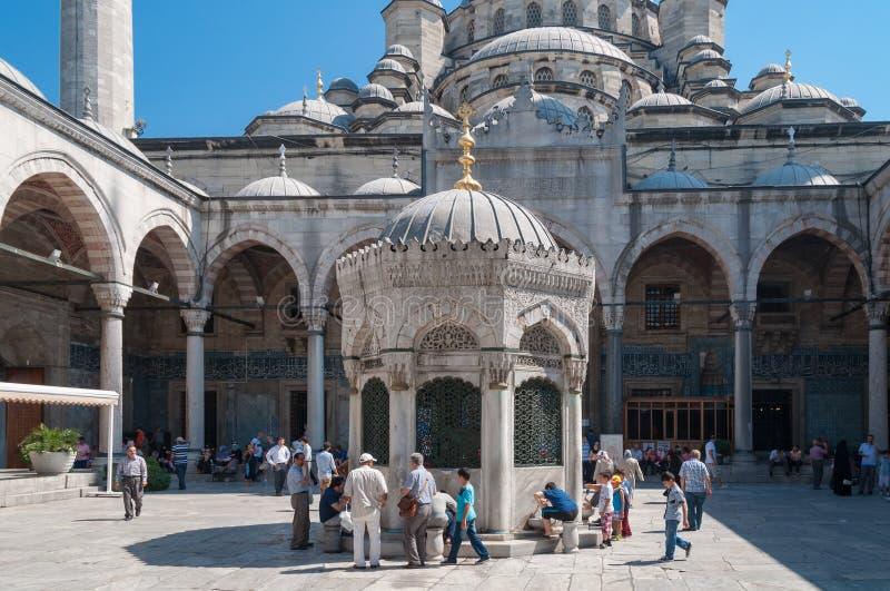 Mensen, plaatselijke bewoners en toeristen in binnenbinnenplaats van Nieuwe Moskee in Istanboel royalty-vrije stock afbeeldingen