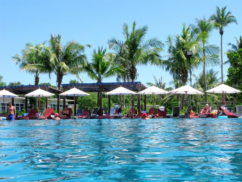 Mensen, pool, tropisch klimaat, rust, Azië stock afbeelding
