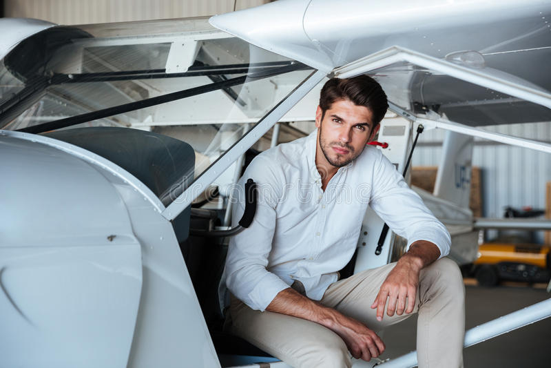 Mensen proefzitting in klein vliegtuig royalty-vrije stock fotografie