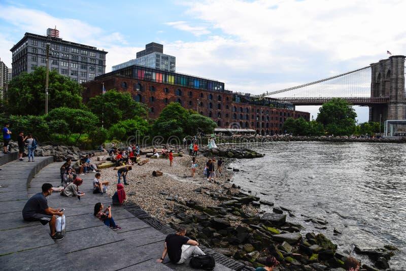 Mensen in promenade in Brooklyn, New York stock foto