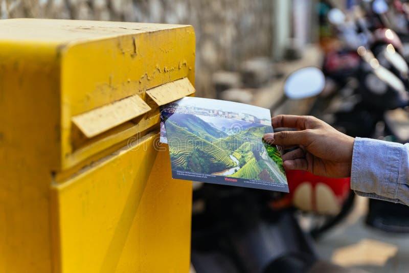 Mensen rechtse verzendende prentbriefkaar in gele postbus in de zomer in Sa-Pa, Vietnam royalty-vrije stock afbeeldingen