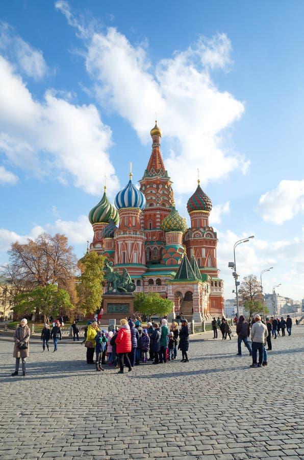 Mensen in rood vierkant vóór St Basilicum, Moskou, Rusland stock fotografie