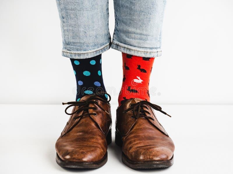 Mensen` s benen in heldere, kleurrijke sokken en modieuze schoenen stock afbeelding