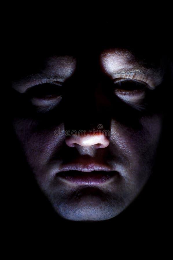 Mensen` s gezicht van onderaan met flitslicht wordt verlicht dat royalty-vrije stock foto's