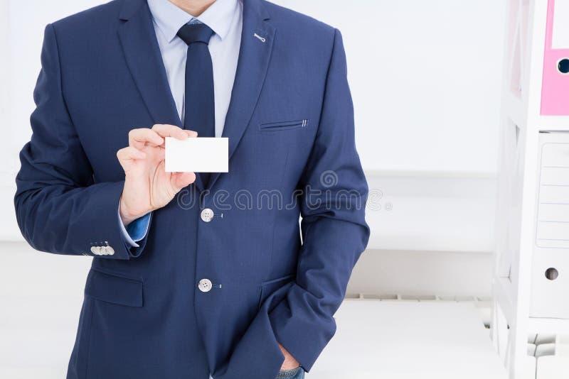 Mensen` s hand die adreskaartje tonen - de close-up schoot in bureau, lege, hoogste mening stock foto