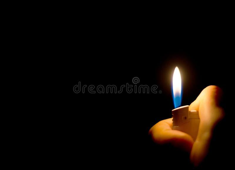 Mensen` s hand die een aansteker houden royalty-vrije stock afbeelding