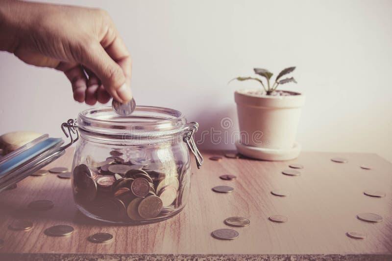 Mensen` s hand die muntstukken zetten royalty-vrije stock foto's