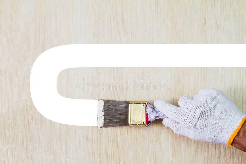 Mensen` s hand die witte handschoen dragen die oud grungepenseel houden en royalty-vrije stock foto