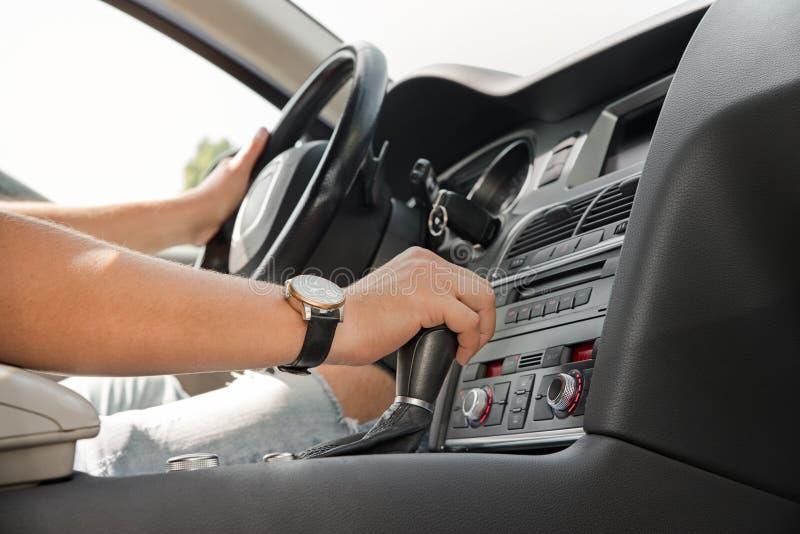 Mensen` s hand op een automatische versnellingsbak Automatische verschuivingstransmissie zonlicht stock afbeeldingen