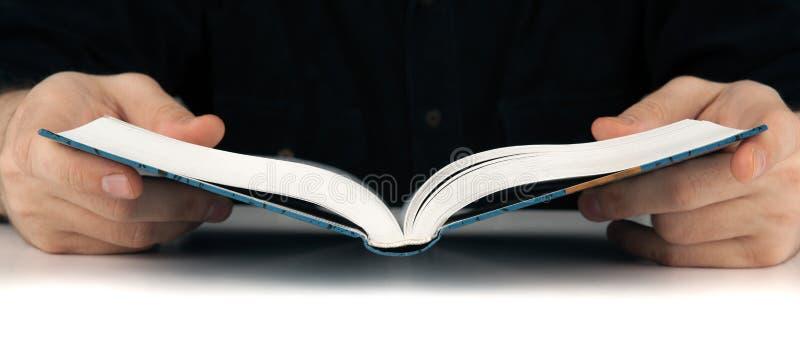 Mensen` s handen en mens die iets in het boek zoeken stock fotografie