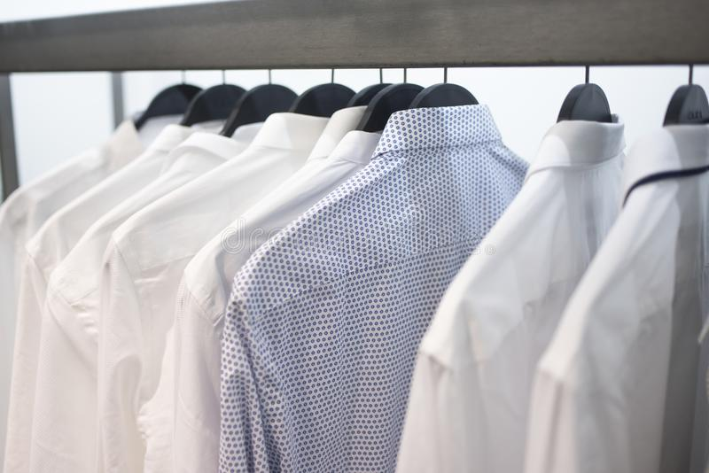 Mensen` s overhemden op hangers 3 royalty-vrije stock foto's