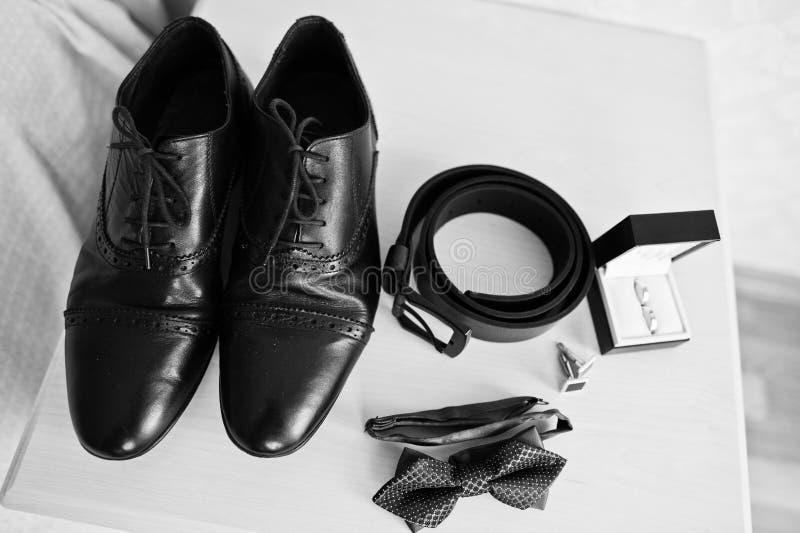 Mensen` s toebehoren voor bruidegom, trouwringen, schoenen, riem, cufflin stock foto