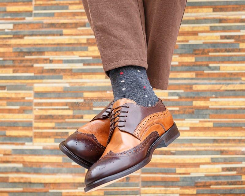 Mensen` s voeten in paar schoenen en sokken stock afbeelding