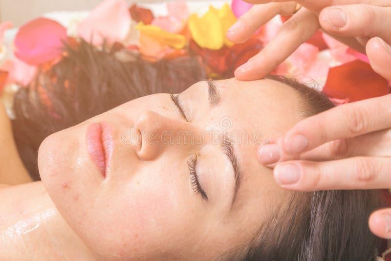 Mensen, schoonheid, kuuroord, de kosmetiek en skincare concept royalty-vrije stock fotografie