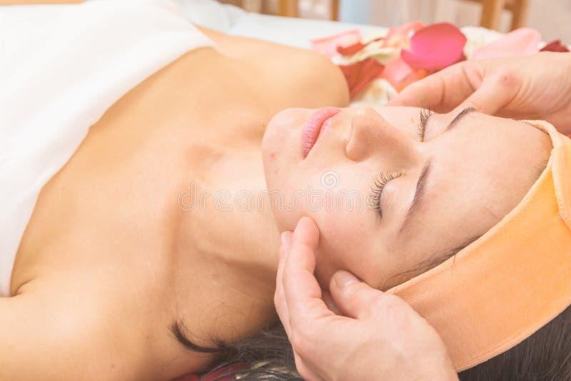 Mensen, schoonheid, kuuroord, de kosmetiek en skincare concept royalty-vrije stock foto