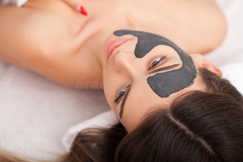 Mensen, schoonheid, kuuroord, de kosmetiek en skincare concept - sluit omhoog stock afbeeldingen