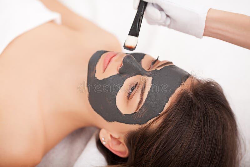 Mensen, schoonheid, kuuroord, de kosmetiek en skincare concept - sluit omhoog stock afbeelding
