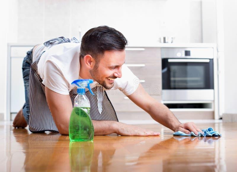 Mensen schoonmakende vloer stock foto's