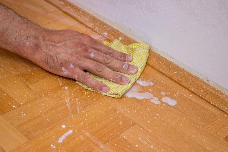 Mensen schoonmakende vloer na het schilderen van muur 3 royalty-vrije stock foto's
