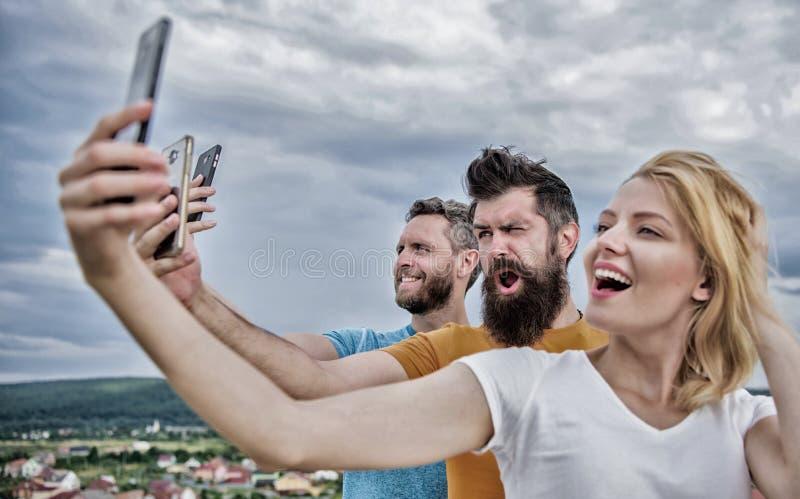 Mensen selfie of het stromen online video die nemen Mobiel Internet en sociale netwerken Mobiel gebiedsdeelprobleem Meisje en stock foto