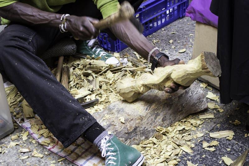 Mensen snijdend hout stock afbeeldingen