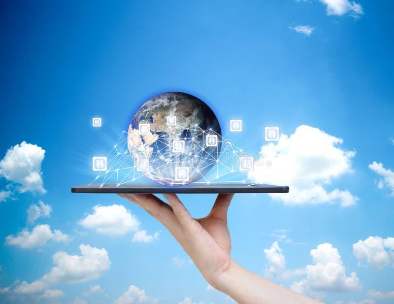Mensen sociaal die netwerk de wereld van technologie op tabletten van Aardebeeld door NASA worden verstrekt royalty-vrije stock foto's