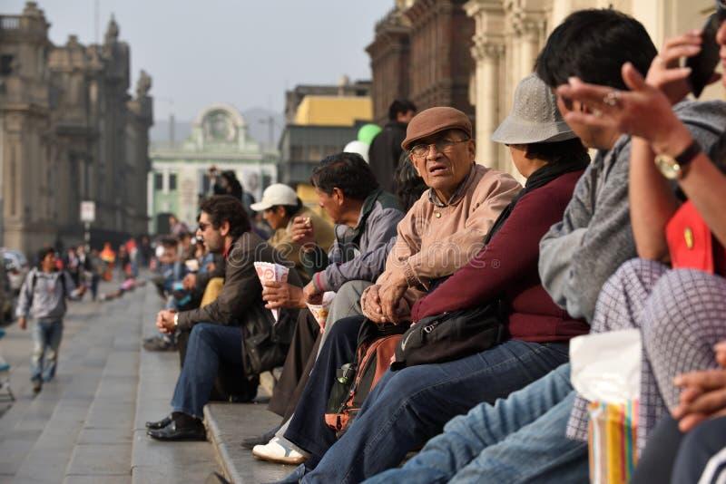Mensen in straat van Lima, Peru stock afbeelding